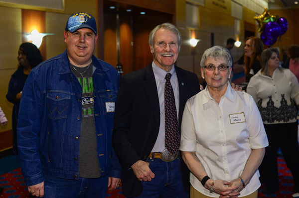 Oregon Governor John Kitzhaber helps congratulate member leader awardees, security officers John Dearborn and Linda Sporer.